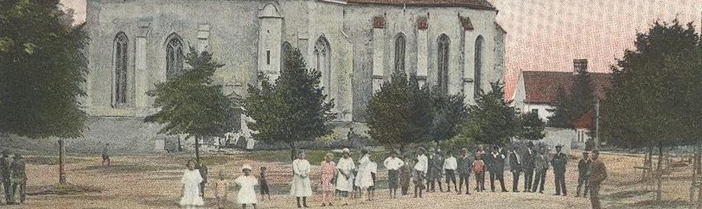 Régi szepsiek a templom előtt